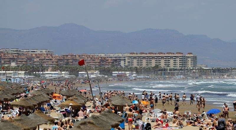 Una bandera roja prohibiendo el baño ondea en una playas de València. EFE/Archivo
