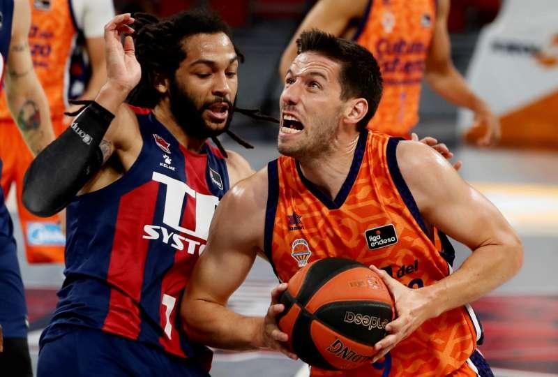 El basea belga del Valencia Basket Club Sam Van Rossom (d), y el base estadounidense del Baskonia Pierri� Henryen (i) en una jugada del partido correspondiente a la segunda jornada de los cuartos de final de la Liga Endesa . EFE/