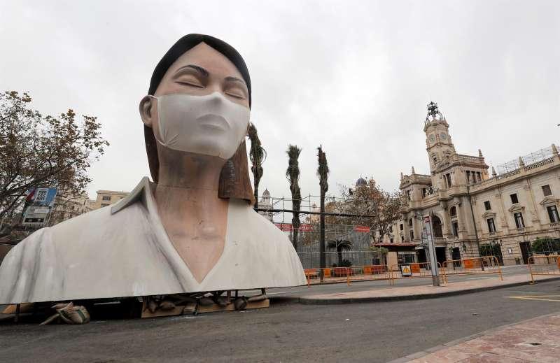 VALENCIA, 19/03/2020.-Imagen del remate de la fallas del Ayuntamiento de Valencia, sin quemar y sin gente a su alrededor.