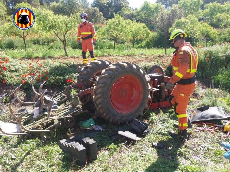 Els bombers junt al tractor