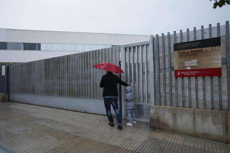 En la imagen un padre se encuentra las puertas cerradas del CP Botànic Cabanilles de Gandía. EFE