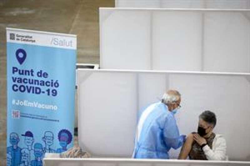 Profesionales sanitarios realizan su trabajo en el Palacio de Fires de Girona donde el Departamento de Salud ha establecido un centro de vacunación masivo.EFE/ David Borrat
