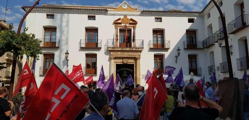 Concentración de CCOO frente al ayuntamiento de Utiel