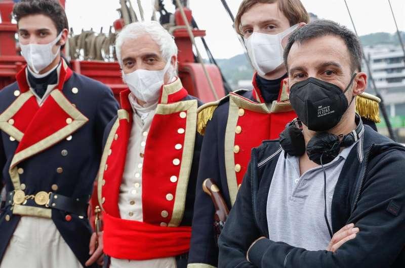 El realizador Alejandro Amenábar (d), posa junto a un grupo de actores durante el rodaje este lunes en el puerto guipuzcoano de Pasaia de su primera serie,