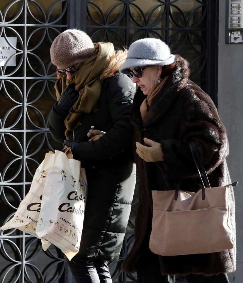 Dos mujeres se protegen del intenso frío. EFE/Archivo