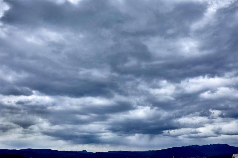 Vista del pico Miserat y La Safor cubierto de nubes desde Gandia en una imagen de archivo.