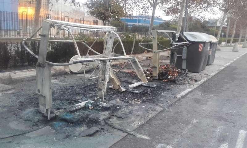 Unos contenedores quemados en València, en una imagen facilitada por el Ayuntamiento. EFE/Ayto