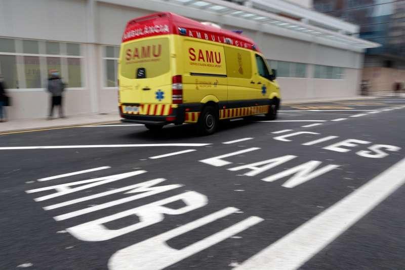 Una ambulancia en una calle de València. EFE/Kai Försterling
