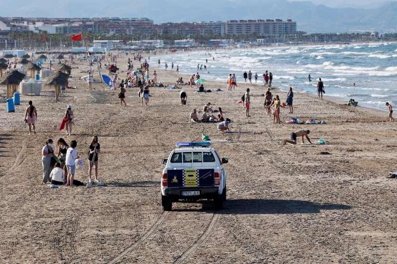 Agentes de la Policía Local de València desalojan la playa de Las Arenas de Valencia con motivo de la prohibición de la celebración de la noche de San Juan el pasado mes de junio. EFE/Biel Aliño/Archivo