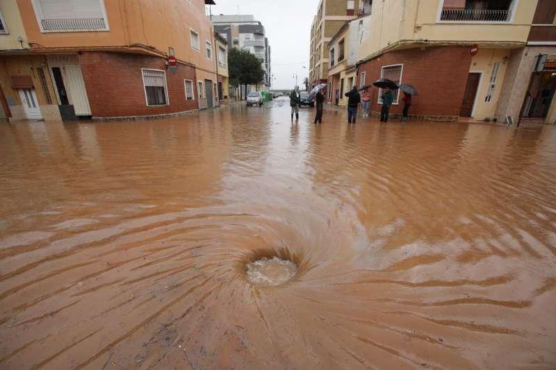 Imagen de archivo de un barrio de Alzira tras un episodio de fuertes lluvias.