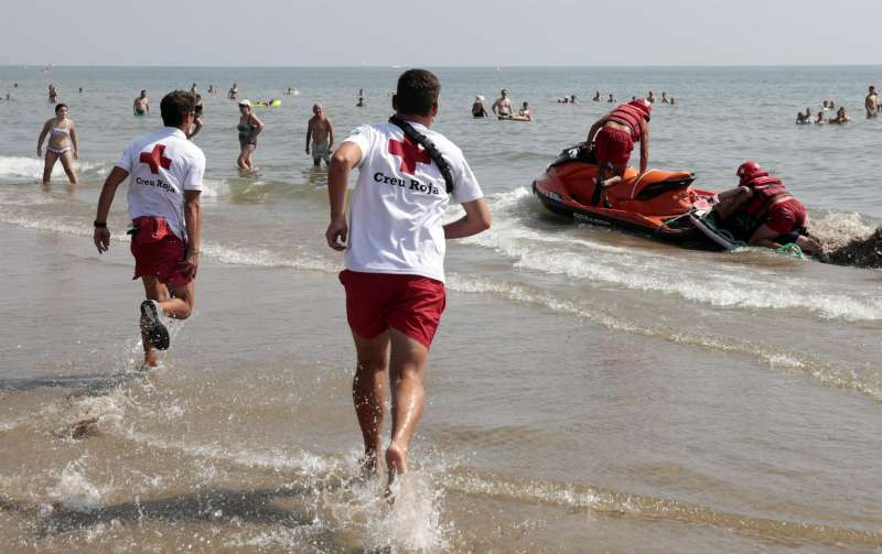 Miembros de Cruz Roja durante un ejercicio de salvamento realizado en la playa Malvarrosa-Cabanyal.