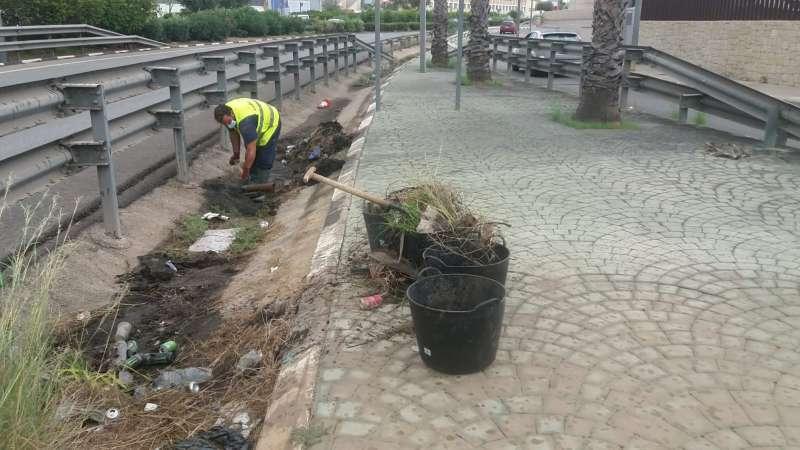Operarios realizando tareas de limpieza en Paterna