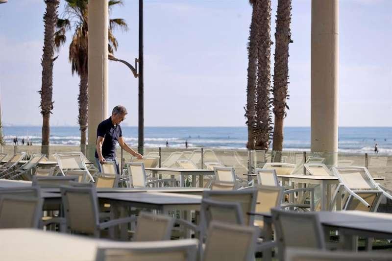 Un restaurante junto al paseo de la playa de La Patacona de Alboraya. EFE/Manuel Bruque