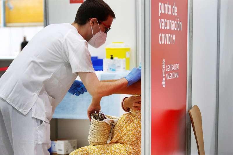 En la imagen, una mujer embarazada recibe la vacuna contra la covid en el Instituto Ferial Alicantino IFA. EFE/Manuel Lorenzo/Archivo