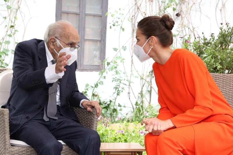 La reina Letizia (d) junto al poeta Francisco Brines (i), de 89 años, en la residencia del poeta donde los reyes le hicieron entrega del Premio Cervantes 2020 el pasado día 12. EFE/ Casa Real/Francisco Gómez