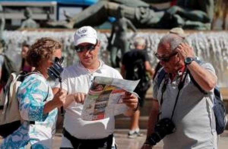 Tres turistas consultan un mapa en el centro de la ciudad de València. EFE