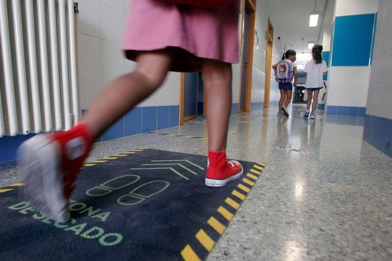 En la imagen, alumnos de un colegio de Alicante entran a clase.
