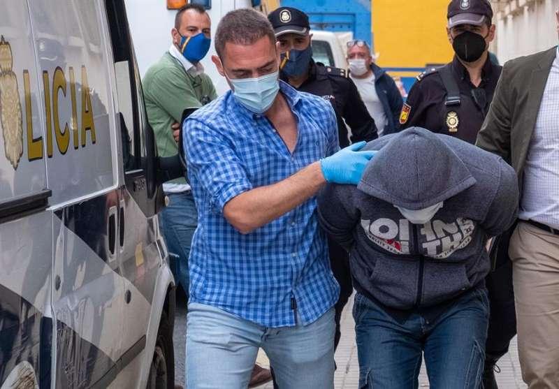 Un grupo de policías traslada a un detenido en una imagen de archivo. EFE