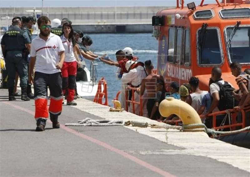 Un grupo de inmigrantes rescatados a bordo de una patera en la costa de Alicante. EFE/Morell/Archivo