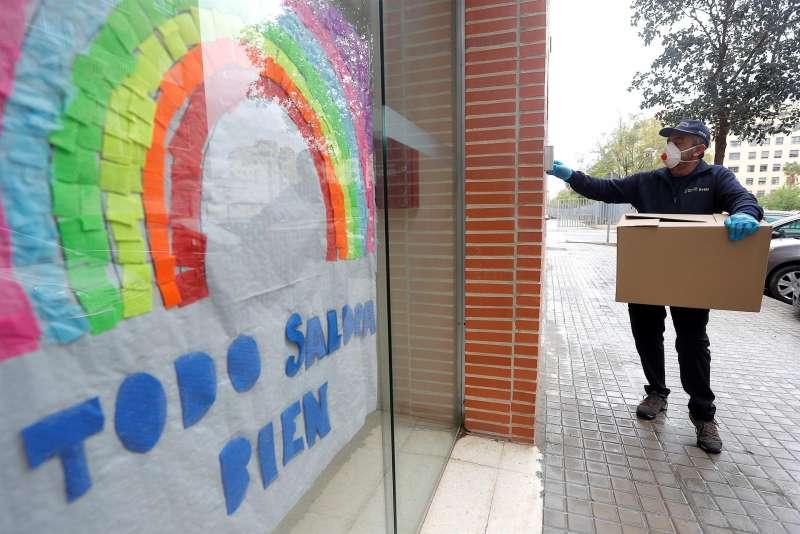 Un agente forestal reparte material sanitario en una residencia de ancianos en Valencia. EFE/Kai Försterling