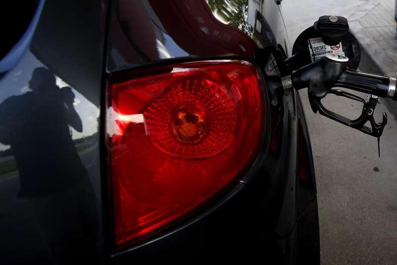 Un coche durante el repostaje de combustible.