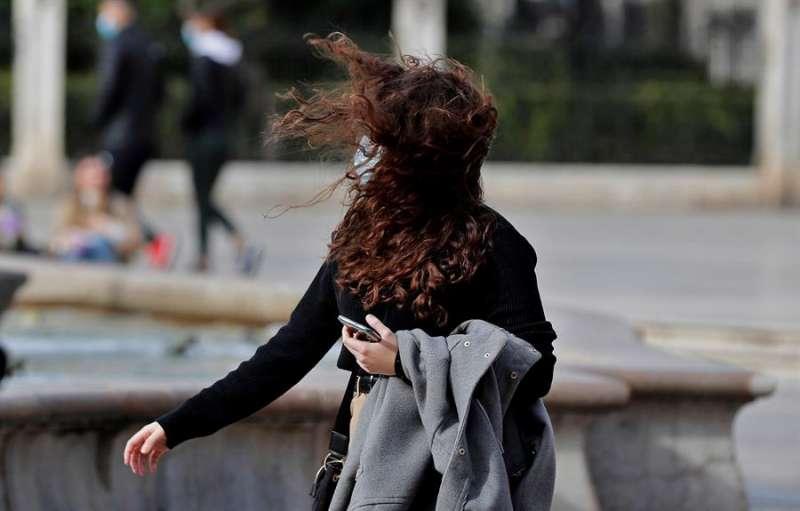 En la imagen, una joven con el pelo alborotado por el viento. EFE