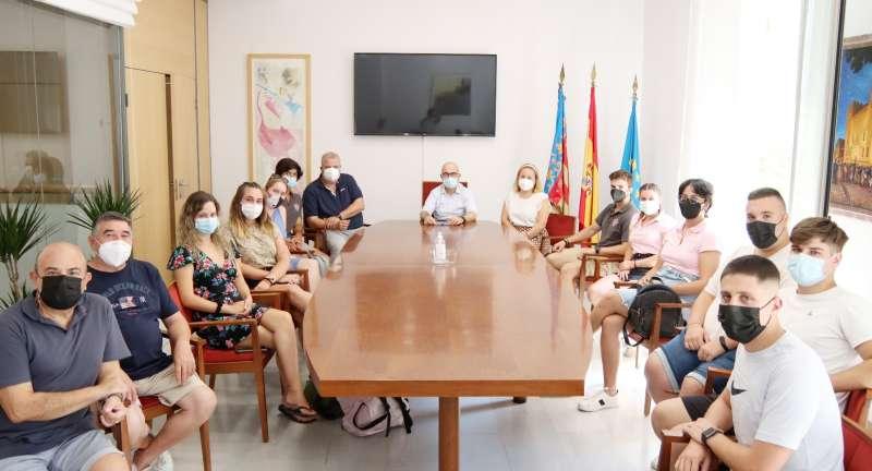 Un momento de la reuni�n de festeros y el alcalde de Alaqu�s. EPDA