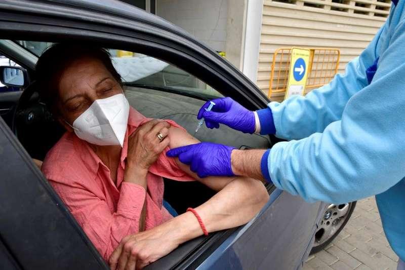 Una mujer recibe una vacuna con una dosis de Astra Zeneca en un de vacunación masiva. EFE