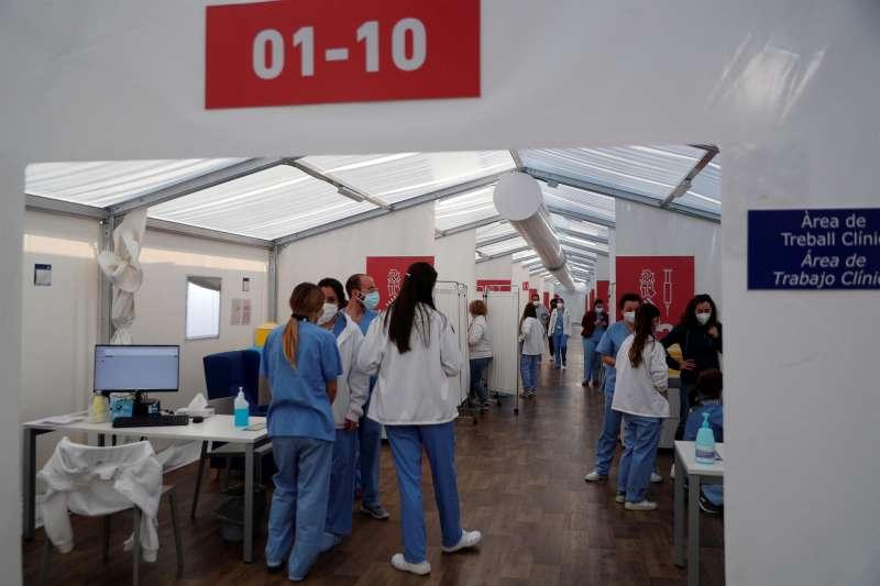 Varios sanitarios en un centro de vacunación en Valencia
