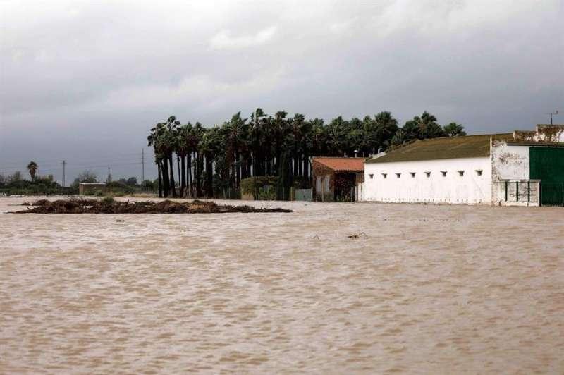 Imagen de una vivienda en la carretera N-332 que une Sueca con Cullera donde han caído hasta 300 litros en alguna población provocando inundaciones. EFE