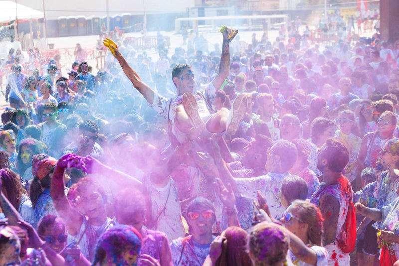 El alcalde de Mislata manteado por jóvenes en las fiestas del año pasado. EPDA