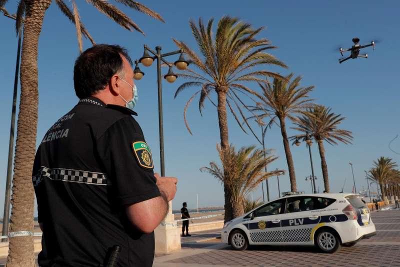 Un agente de la Policía Local de València utiliza un dron para vigilar el acceso a la playa de la Malvarrosa. Archivo/EFE/Kai Försterling