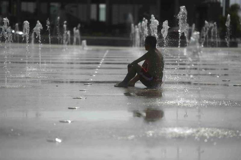 Un hombre se refresca en una fuente debido a las altas temperaturas, en una imagen reciente. EFE/Rafa Alcaide
