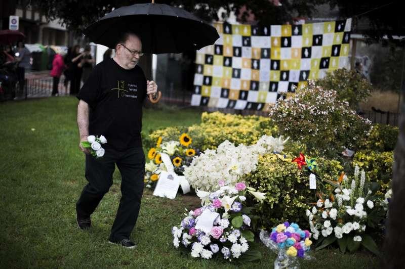 Un familiar coloca unas rosas en el jardín situado encima de la curva donde se produjo el accidente de metro en 2006. EFE/Gustavo Grillo/Archivo
