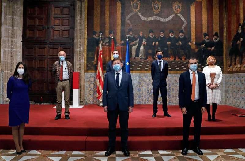 El president de la Generalitat (c), Ximo Puig, con los Premios Jaime I de 2020. EFE/ Juan Carlos Cárdenas