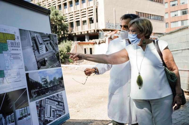 La consellera de Sanidad, Ana Barceló, junto al doctor Álvaro Bonet, durante su visita a las obras de ampliación.
