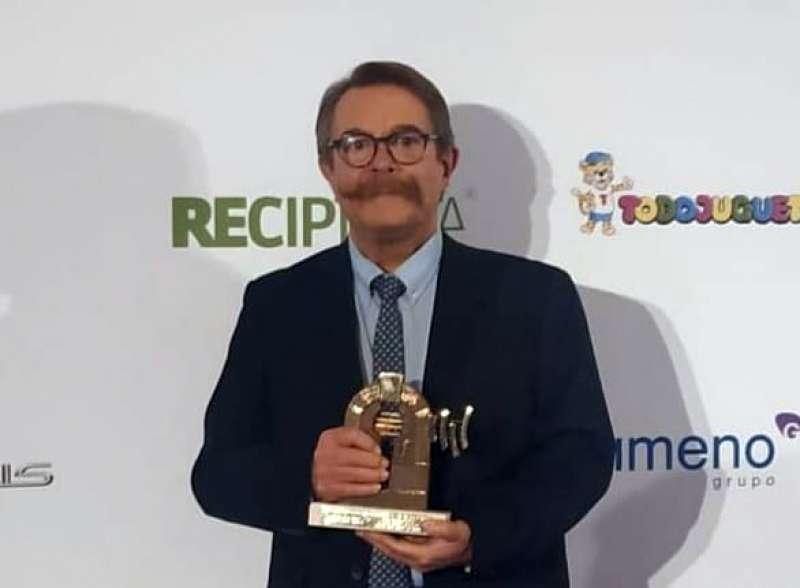 Luis Bolumar con su trofeo