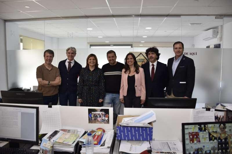 Belén Hoyo, Isabel Bonig y representantes del Partido Popular en su visita a las oficinas de El Periódico de Aquí.
