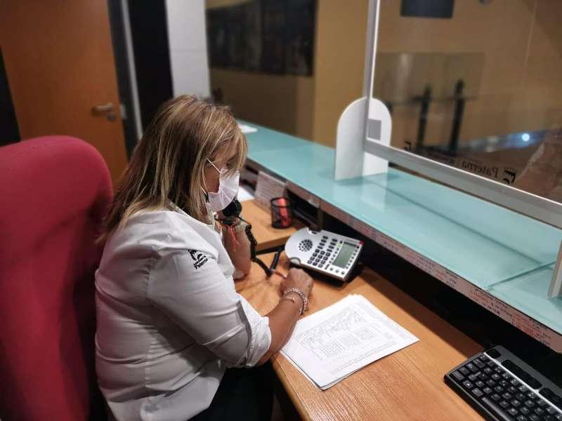 Una trabajadora realizando llamadas a mayores de Paterna