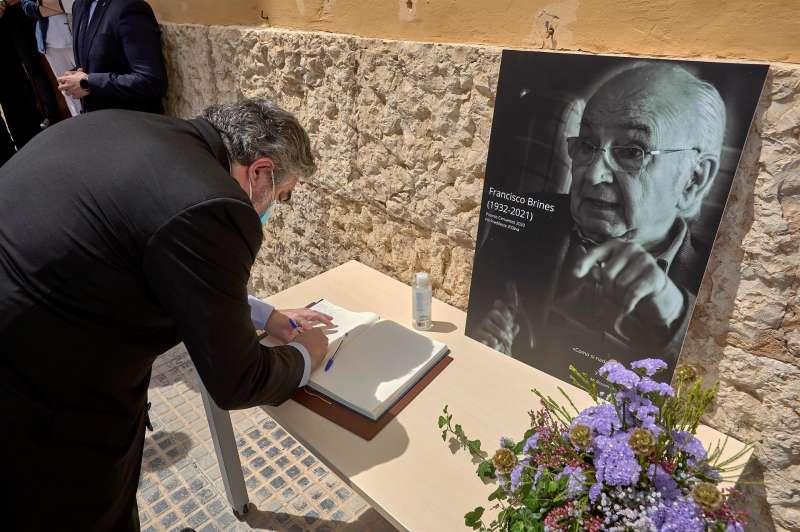 El ministro de Cultura y Deportes, José Manuel Rodríguez Uribes, firma en el libro de condolencias