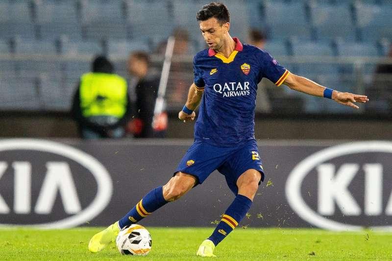 Javier Pastore golpea el balón en un partido de of AS Roma con el Roma italiano. EFE/Archivo
