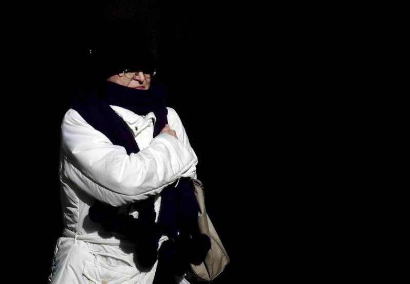 Una mujer se protege con una bufanda contra el frío. EFE/Kai Försterling./Archivo