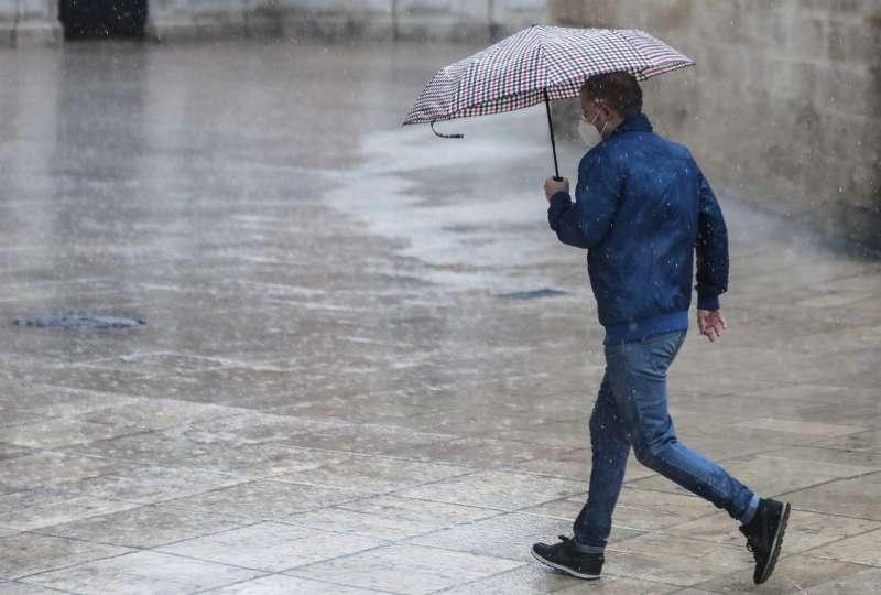 Una persona se protege de la lluvia con paraguas en el centro de Valencia. EFE/Archivo Ana Escobar