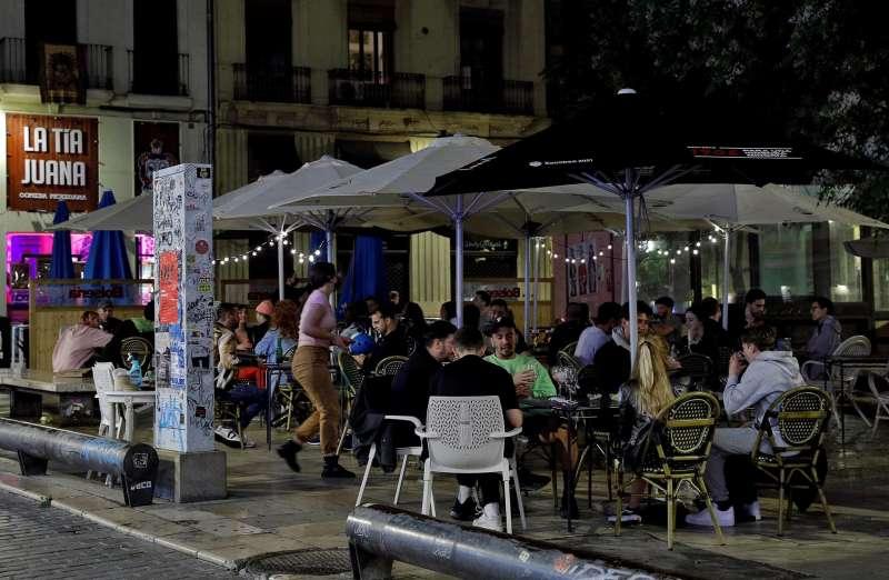 Varias personas disfrutan en una terraza de la plaza del Tossal en el barrio del Carmen de Val�ncia.