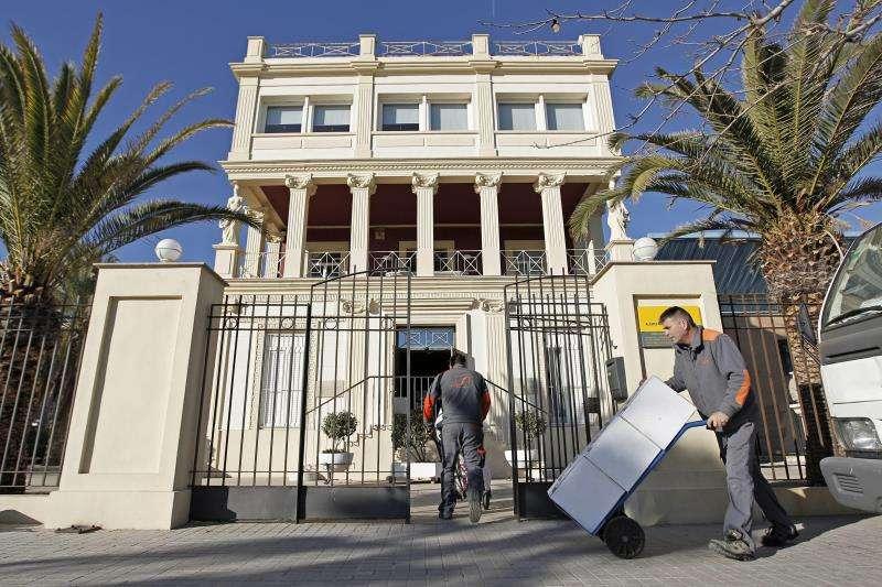 Dos operarios trasladan cajas con parte del legado del escrito Vicente Blasco Ibáñez a su Casa-Museo ante la playa de La Malvarrosa. EFE/Archivo