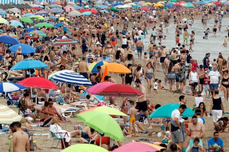 Las altas temperaturas han llenado este domingo las playas, como la de la Malvarrosa de valència.