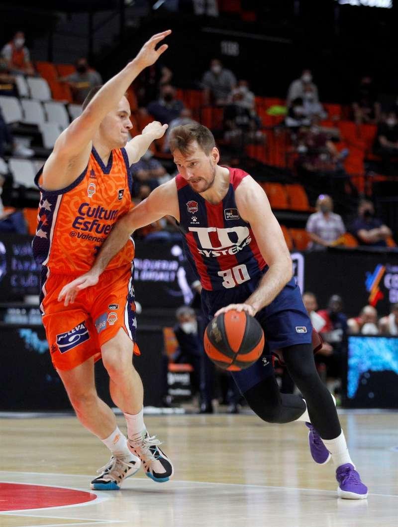 El jugador del Valencia Basket, Klemen Prepelic (i) junto a Zoran Dragic, del Baskonia, durante un duelo de la pasada temporada. EFE/Archivo/Miguel Angel Polo
