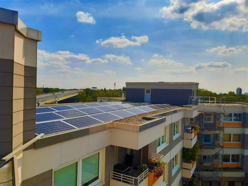 Paneles solares en un edificio, en una imagen compartida por el Ayuntamiento de Valencia.