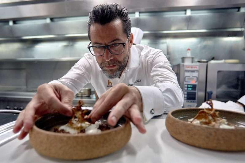 El cocinero Quique Dacosta presenta uno de sus platos.