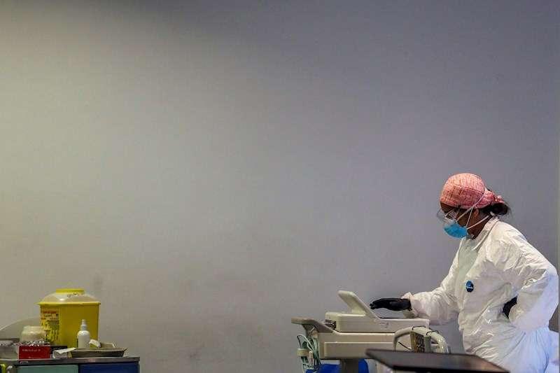 Personal sanitario en Urgencias en un hospital, en una imagen de este jueves. EFE